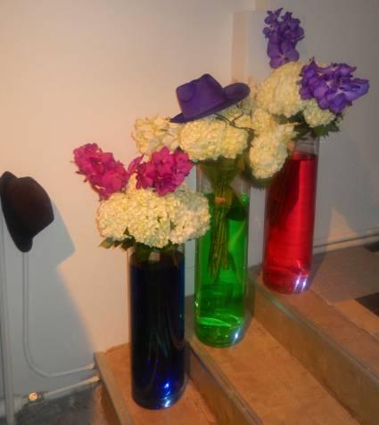 Vases, fleurs, chapeaux...