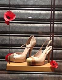 des chaussures sur une balancoire