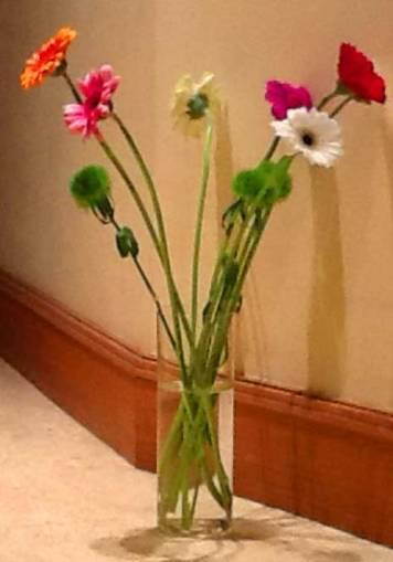 de-simples-fleurs-dans-un-vase-au-sol