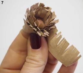 enrouler la bande frangée autour du doigt et coller l'extrémité